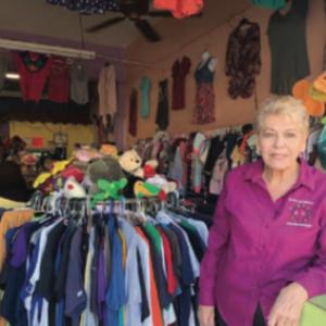 efina Carrizales de forma voluntaria atiende la tienda de ropa de segunda mano de 'Es por los Niños', ahí entregan cambios de ropa a los familiares de las personas afectadas y también venden topa para ayuda de la organización.